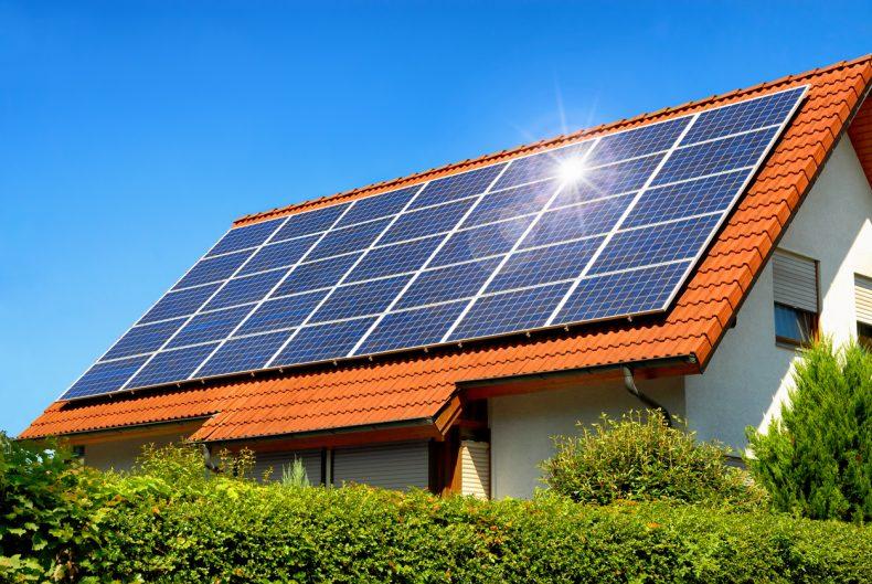 屋根に低圧太陽光発電システムをつけた家