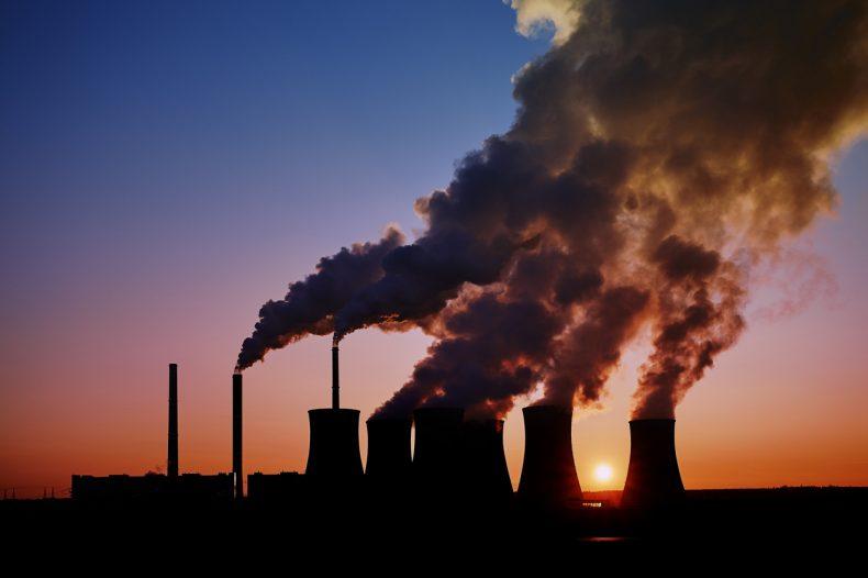石油を燃やして発電する火力発電所から大量の煙があがっている様子