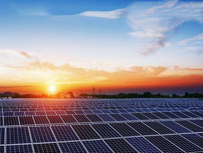 夕日に照らされた太陽光発電t投資